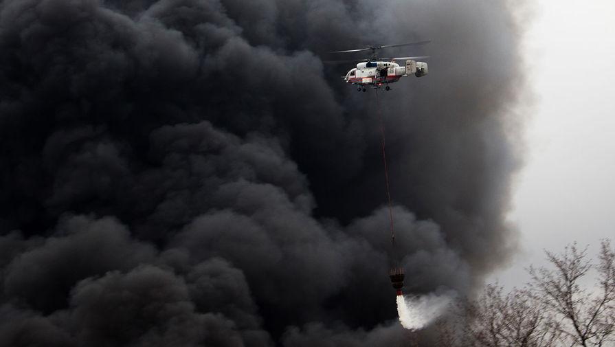 Вертолет Ка-32А 11ВС МЧС РФ, задействованный в тушении пожара, на юге Москвы