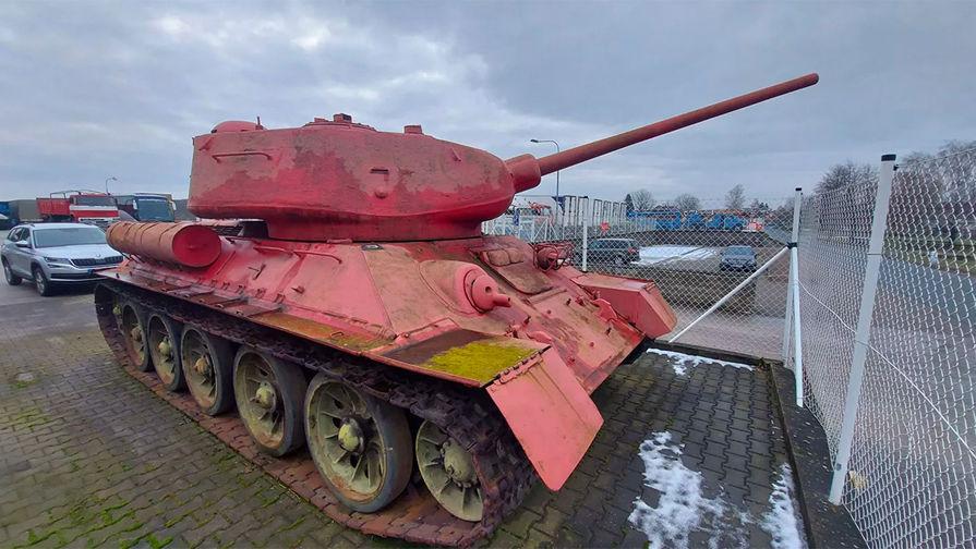 Житель Чехии рассказал полицейским о своем розовом танке
