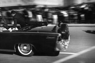Лимузин со смертельно раненным Джоном Кеннеди спустя несколько секунд после выстрелов. 22 ноября 1963 года