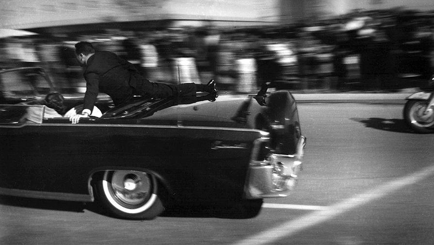 Лимузин со смертельно раненным Джоном Кеннеди спустя несколько секунд после выстрелов, 22 ноября 1963 года