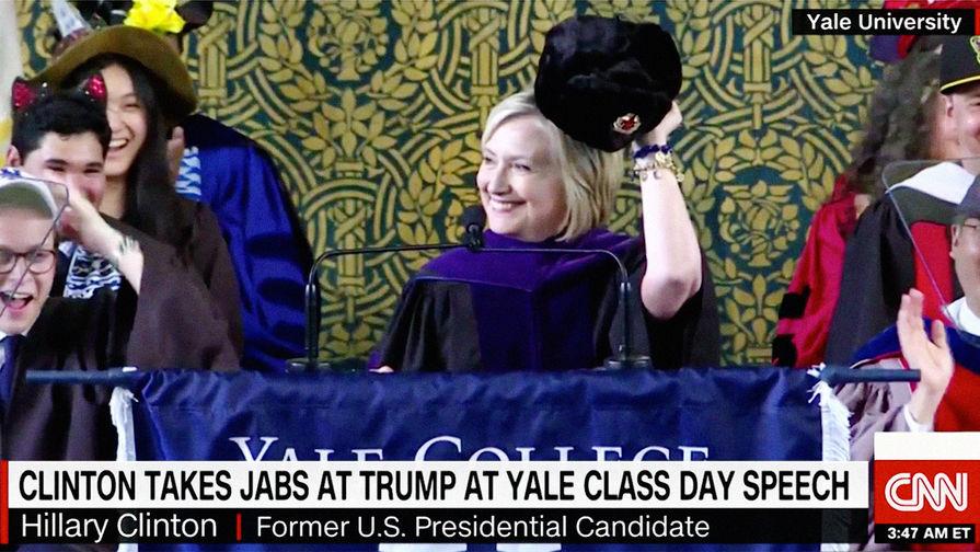 Экс-госсекретарь США Хиллари Клинтон с ушанкой во время выступления в Йельском университете, 21 мая...