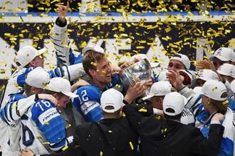 Игроки сборной Финляндии на церемонии награждения после победы в финальном матче чемпионата мира по хоккею между сборными командами Канады и Финляндии.