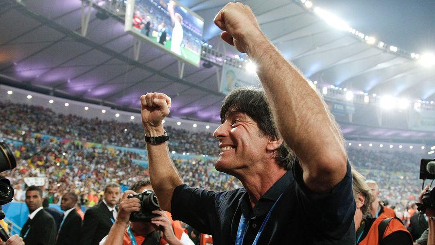 Йоахим Лёв празднует победу сборной Германии в финале Чемпионата мира 2014 года в Рио-де-Жанейро. Сборная Германии одолела Аргентину со счетом 1-0.