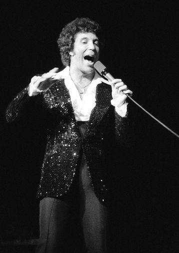 Том Джонс выступает во Дворце Конгрессов в Париже, 1976 год