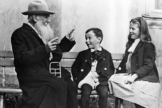 Лев Николаевич Толстой с внуками. 1909 год. Репродукция