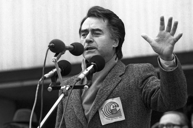 Главный редактор журнала «Юность» Андрей Дементьев во время выступления на акции «Волна мира» в Москве, 1987 год