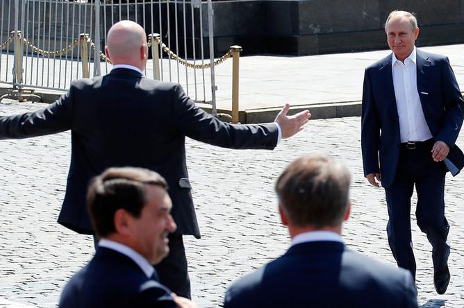 Президент FIFA Джанни Инфантино и президент России Владимир Путин во время посещения тематического парка футбола чемпионата мира на Красной площади в Москве, 28 июня 2018 года