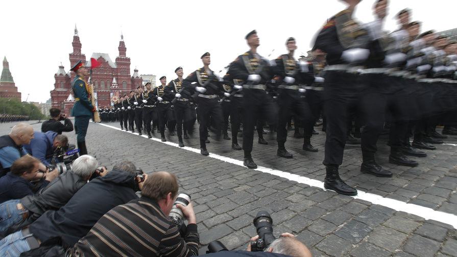 Фотографы и российские военнослужащие во время парада Победы на Красной площади, 9 мая 2019 года