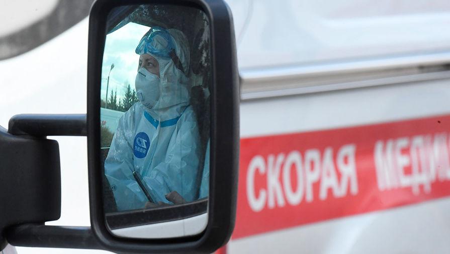 Санитар в автомобиле скорой помощи у здания Федерального клинического центра высоких медицинских технологий ФМБА в Химках