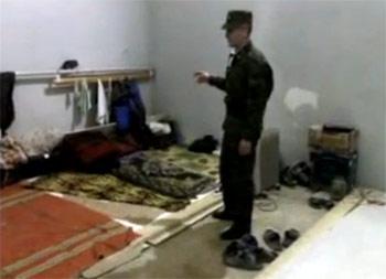 Спальные места в боксе на территории в/ч 5960. Кадр из видеообращения майора Игоря Матвеева