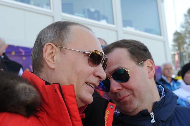 Президент России Владимир Путин (слева) и председатель правительства России Дмитрий Медведев на трибуне в лыжно-биатлонном комплексе «Лаура» во время мужской эстафеты по лыжным гонкам на XXII зимних Олимпийских играх в Сочи
