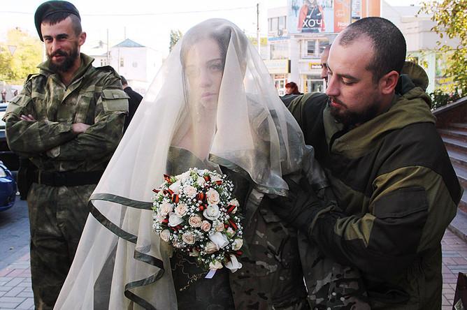 Командир батальона «Оплот» Вадим Димов со своей невестой Натальей Воропаевой перед церемонией бракосочетания, 10 октября 2014 года