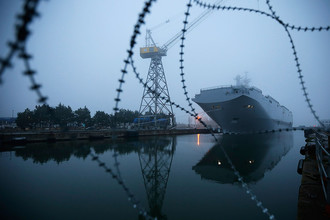Универсальный десантный корабль ВМФ России «Владивосток» класса «Мистраль» в порту Сен-Назер