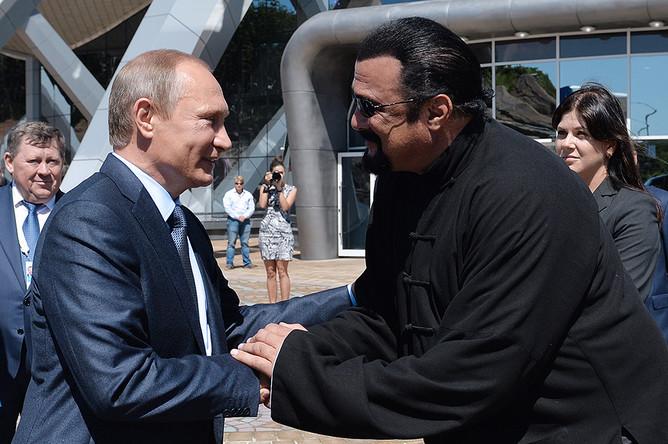 2015 год. Владимир Путин и Стивен Сигал во время посещения Приморского океанариума на острове Русский