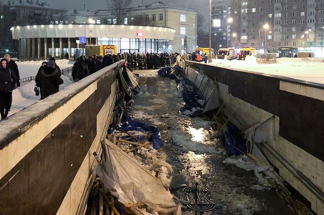 Последствия обрушения строительных лесов в подземном переходе у станции метро «Улица 1905 года»