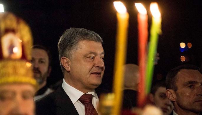 Петр Порошенко во время пасхального богослужения в одной из церквей в Киеве, 8 апреля 2018 года