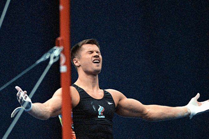 Гимнаст Алексей Немов после выступления на перекладине во время командного чемпионата Европы по художественной и спортивной гимнастике в московском спорткомплексе «Олимпийский», 2003 год