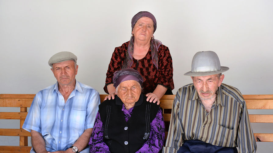 Долгожительница из Кабардино-Балкарии Нану Шаова, которой исполнилось 127 лет, с семьей, 17 июля 2017