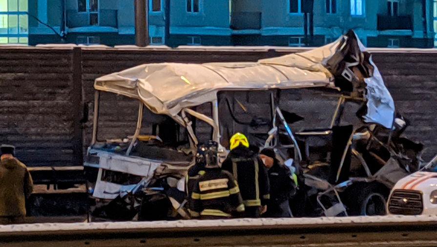 Последствия аварии с участием самосвала и военных автобусов на 28-м километре Новорижского шоссе в Подмосковье, 11 января 2021 года