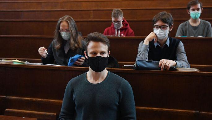 Студенты в защитных масках во время лекции в аудитории Московского государственного университета имени М. В. Ломоносова (МГУ), 8 февраля 2021 года