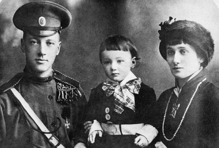 В браке с Гумилевым Ахматова родила сына, которого назвали Львом. Судьба их семьи сложилась трагически. В 1918 году пара развелась. В 1921 году Гумилева расстреляли как участника заговора. Сын поэтессы, этнограф Лев Гумилев был арестован в 1938 году по обвинению в «контрреволюционной деятельности». Его поместили в тюрьму «Кресты», а потом перевели в Норильский лагерь, где он пробыл до 1943 года. На фото Николай Гумилев и Анна Ахматова с сыном Львом в 1915 году