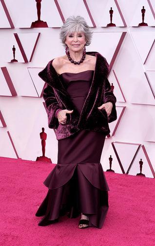 Пуэрто-риканская актриса и певица Рита Морено, к 89 годам успевшая в своей жизни получить все главные премии шоу-бизнеса — «Эмми», «Грэмми», «Оскар» и «Тони», — сопровождала в этом году свою дочь Фернанду Луизу Гордон.