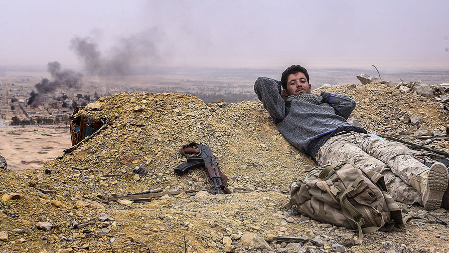 Солдат сирийской армии на вершине замка Фахр ад-Дина