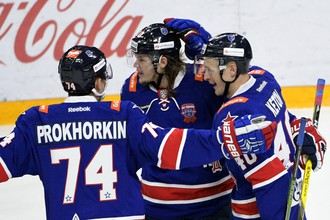 Игроки ХК СКА Николай Прохоркин, Виктор Тихонов и Евгений Кетов (слева направо)