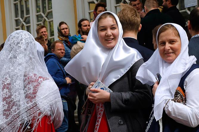 Верующие на территории Рогожского духовного центра Русской православной старообрядческой церкви