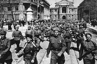 Советская армия во время вступления в освобожденную Одессу, 10 апреля 1944 года