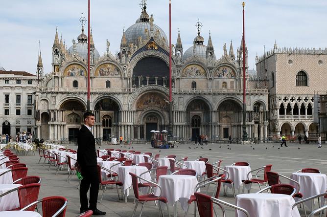 Пустые столики у одного из ресторанов на площади Святого Марка в Венеции, 9 марта 2020 года