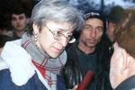 Анна Политковская вселении Хатуни, Чечня, 2001год