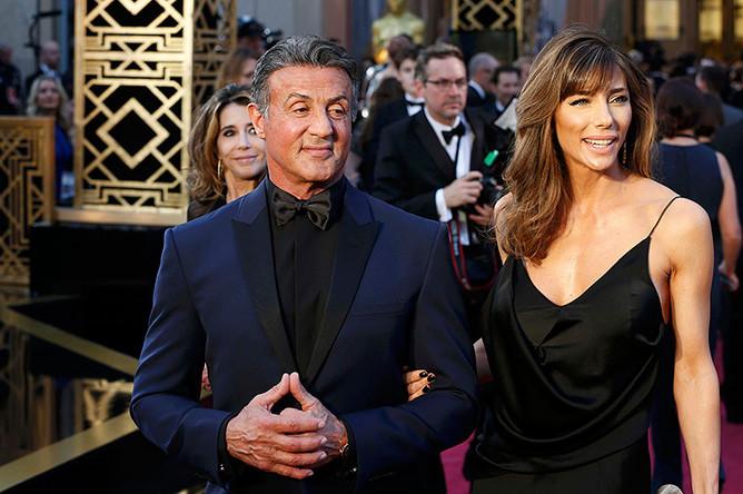 Сильвестр Сталлоне с женой на красной дорожке перед началом 88-й церемонии награждения лауреатов «Оскара»