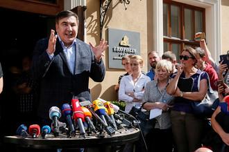 Михаил Саакашвили во время пресс-конференции около отеля во Львове, 12 сентября 2017 года