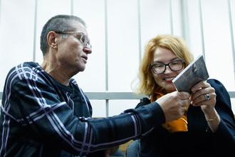 Бывший министр экономического развития России Алексей Улюкаев и адвокат Виктория Бурковская во время заседания Замоскворецкого суда в Москве, 26 сентября 2017 года