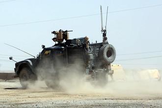 Американский военный автомобиль во время возвращения на базу в Западном Мосуле, июнь 2017 года