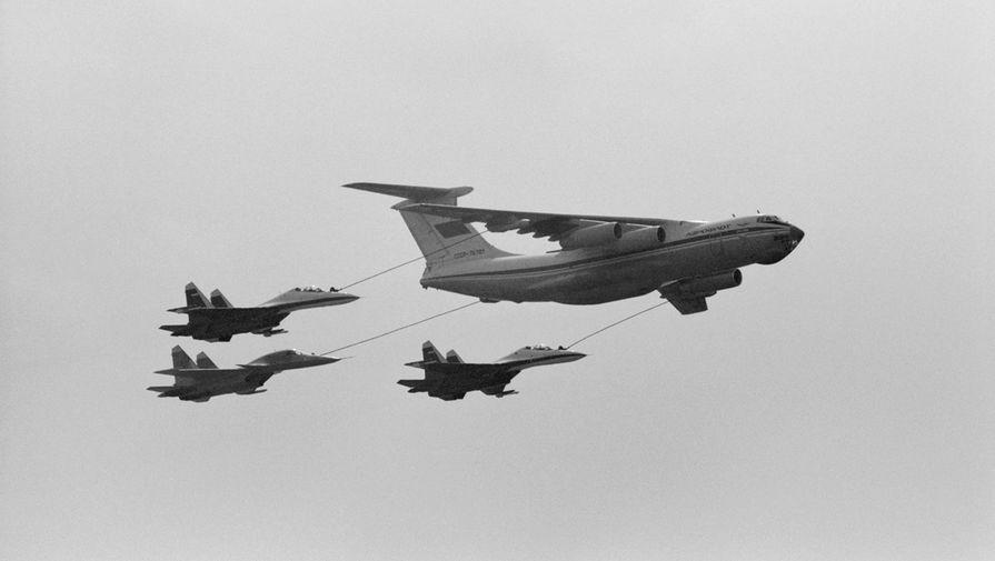 Дозаправка в воздухе группы истребителей от самолета-танкера ИЛ-76 в небе над аэродромом в Жуковском, 1992 год