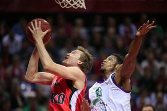 Райан Брокхофф (слева) и другие баскетболисты «Локомотива-Кубани» ничего не смогли сделать с «Уникахой»