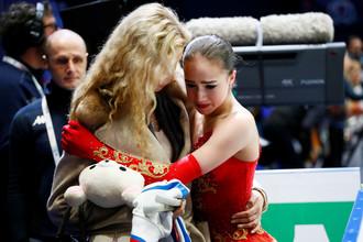 Алина Загитова и ее тренер Этери Тутберидзе после неудачной произвольной программы на чемпионате мира