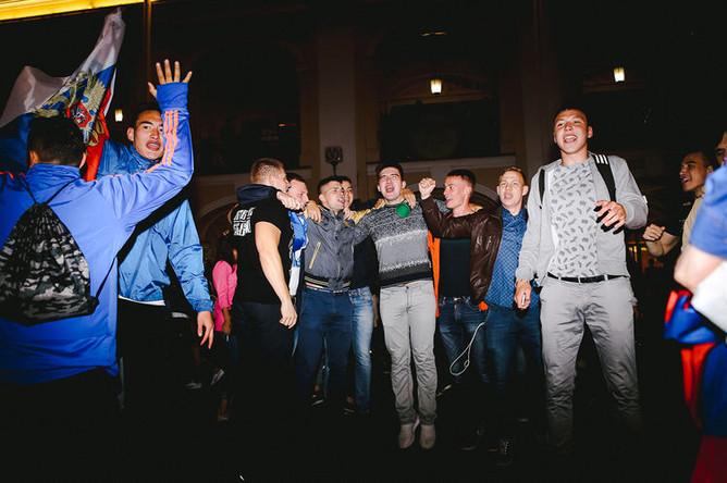 Болельщики празднуют победу сборной России в матче группового этапа между Россией и Египтом, Санкт-Петербург, 20 июня 2018 года
