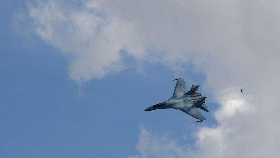 Истребитель Су-27 перехватывает самолет США у границы РФ