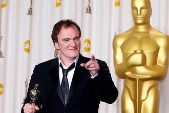 Режиссер Квентин Тарантино с «Оскаром» за сценарий к фильму «Джанго освобожденный» во время церемонии награждения в Голливуде, 2013 год
