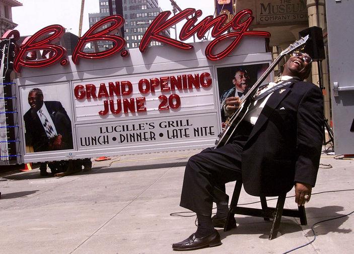 Би Би Кинг около вывески своего ресторана и клуба, открывающегося на Таймс-сквер в Нью-Йорке, 2000 год