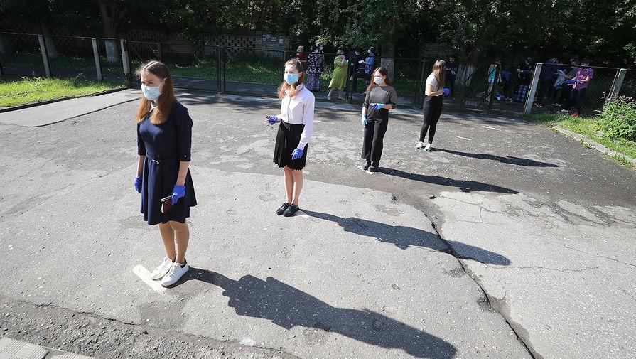 Школьники перед началом сдачи ЕГЭ по информатике в школе №2 в Иваново, 3 июля 2020 года