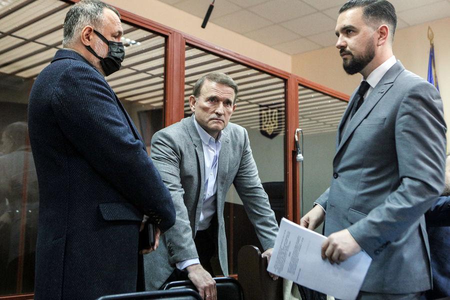 Виктор Медведчук (в центре) назаседании Печерского районного суда города Киева, 12октября 2021года