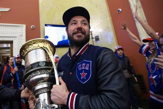 Капитан СКА Илья Ковальчук держит в руках Кубок Гагарина в терминале Пулково-2 в Санкт-Петербурге