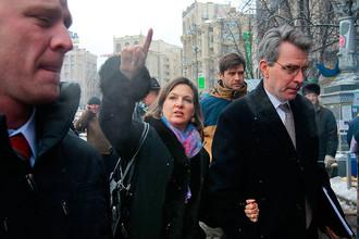 Виктория Нуланд и посол США в Украине Джеффри Пайатт во время посещения площади Независимости в Киеве, декабрь 2013 года
