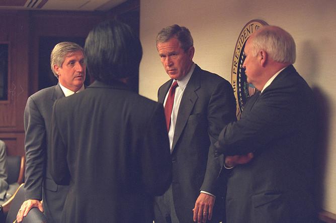 Президент США Джордж Буш, вице-президент Дик Чейни, советник по вопросам национальной безопасности Кондолиза Райс на совещании в Белом доме после теракта 11 сентября 2001 года