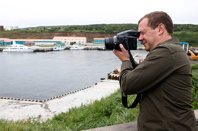 Премьер-министр России Дмитрий Медведев во время посещения острова Итуруп на Курилах