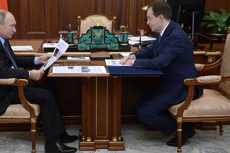 Президент России Владимир Путин и министр культуры Владимир Мединский во время встречи в Кремле, 13 ноября 2017 года